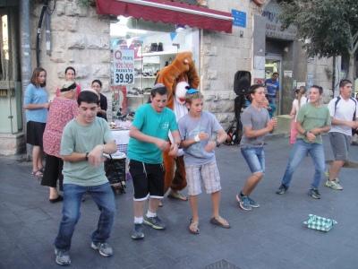 Spectacle d'enfants rue Yaffo à Jérusalem. Crédit photo: Sarah Lalou Lessing